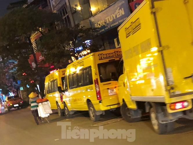Tận thấy bến cóc, xe dù náo loạn đường phố Hà Nội - ảnh 6