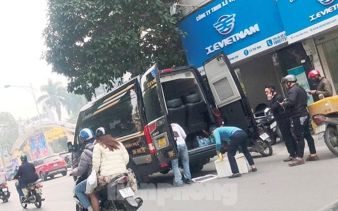 Tận thấy bến cóc, xe dù náo loạn đường phố Hà Nội - ảnh 7