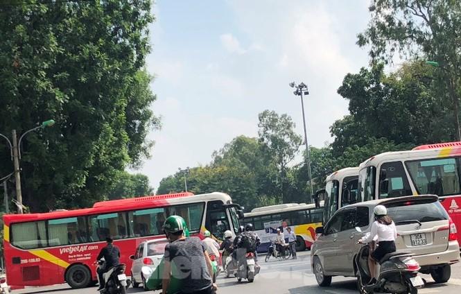 Tận thấy bến cóc, xe dù náo loạn đường phố Hà Nội - ảnh 8