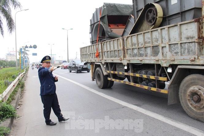 Cầu Thăng Long lập chốt kiểm soát xe quá tải thế nào? - ảnh 13