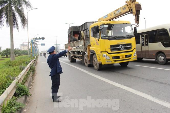 Cầu Thăng Long lập chốt kiểm soát xe quá tải thế nào? - ảnh 2