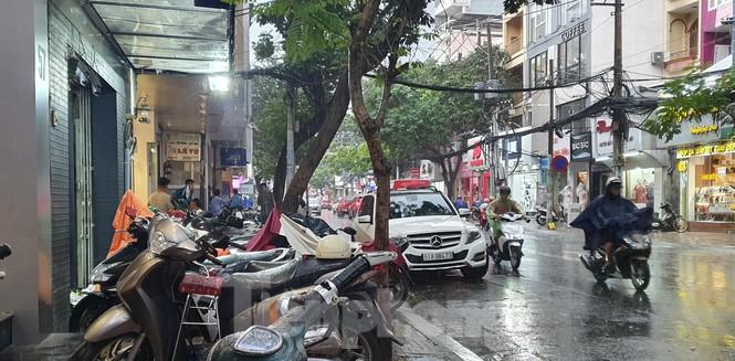 Hai nhóm người cầm hung khí 'huyết chiến' giữa phố Sài Gòn - ảnh 3
