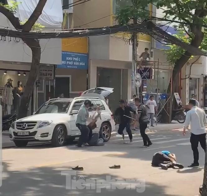 Hai nhóm người cầm hung khí 'huyết chiến' giữa phố Sài Gòn - ảnh 1