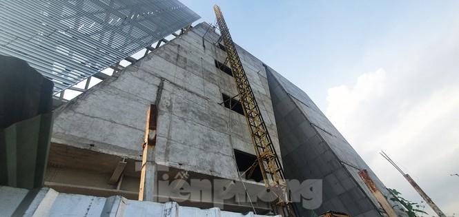 Cận cảnh tòa nhà triển lãm 800 tỷ xây dựng dang dở ở Thủ Thiêm - ảnh 11