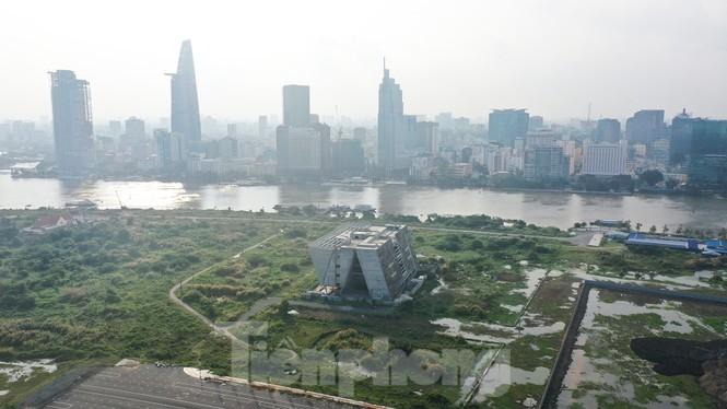 Cận cảnh tòa nhà triển lãm 800 tỷ xây dựng dang dở ở Thủ Thiêm - ảnh 1