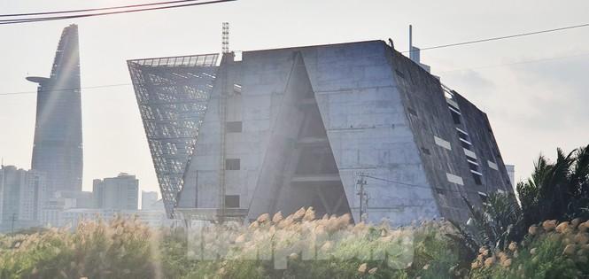 Cận cảnh tòa nhà triển lãm 800 tỷ xây dựng dang dở ở Thủ Thiêm - ảnh 2