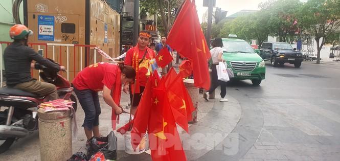 Người Sài Gòn đổ xô ra đường cổ vũ đội bóng đá U22 Việt Nam - ảnh 6