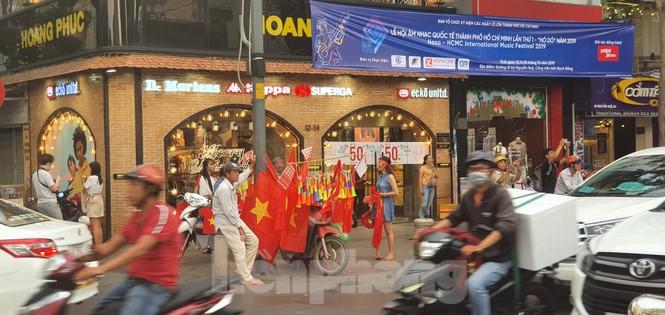 Người Sài Gòn đổ xô ra đường cổ vũ đội bóng đá U22 Việt Nam - ảnh 14