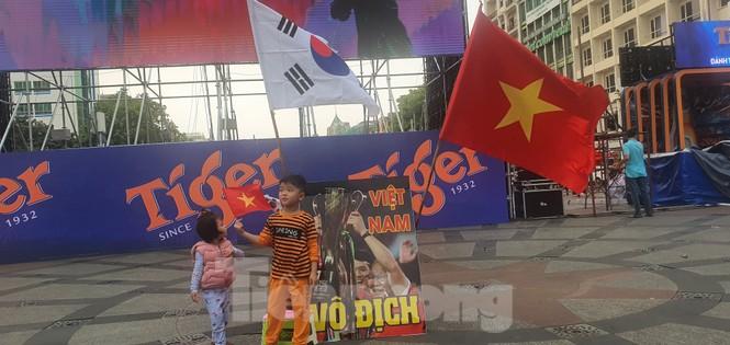 Người Sài Gòn đổ xô ra đường cổ vũ đội bóng đá U22 Việt Nam - ảnh 15