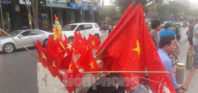 Người Sài Gòn đổ xô ra đường cổ vũ đội bóng đá U22 Việt Nam - ảnh 8