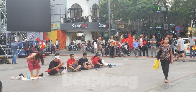 Người Sài Gòn đổ xô ra đường cổ vũ đội bóng đá U22 Việt Nam - ảnh 9