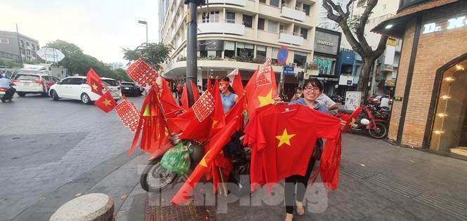 Người Sài Gòn đổ xô ra đường cổ vũ đội bóng đá U22 Việt Nam - ảnh 3