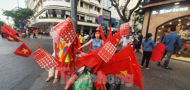 Người Sài Gòn đổ xô ra đường cổ vũ đội bóng đá U22 Việt Nam - ảnh 2