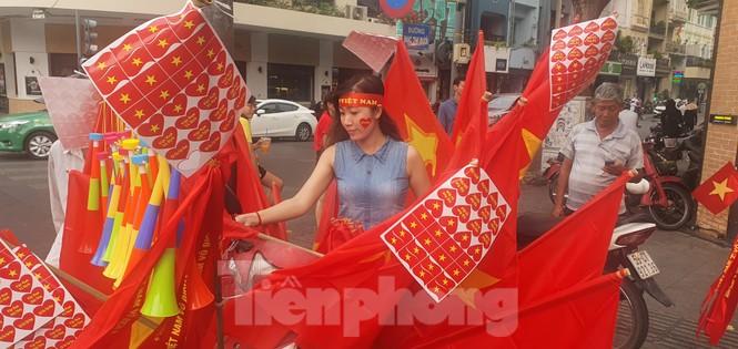 Người Sài Gòn đổ xô ra đường cổ vũ đội bóng đá U22 Việt Nam - ảnh 1