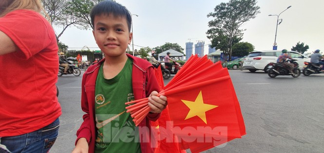 Người Sài Gòn đổ xô ra đường cổ vũ đội bóng đá U22 Việt Nam - ảnh 4