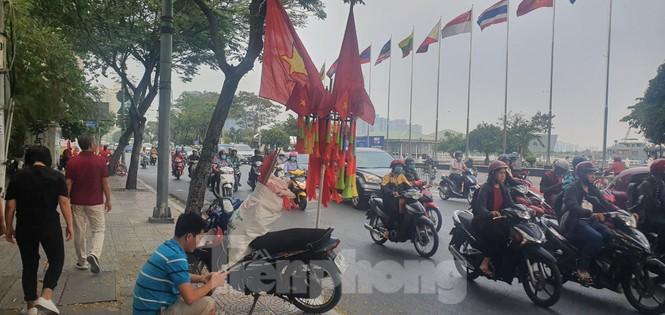 Người Sài Gòn đổ xô ra đường cổ vũ đội bóng đá U22 Việt Nam - ảnh 5