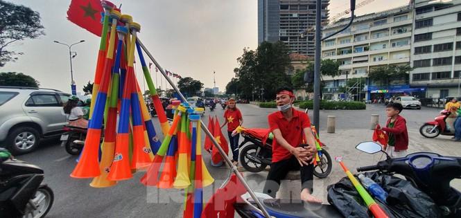 Người Sài Gòn đổ xô ra đường cổ vũ đội bóng đá U22 Việt Nam - ảnh 10
