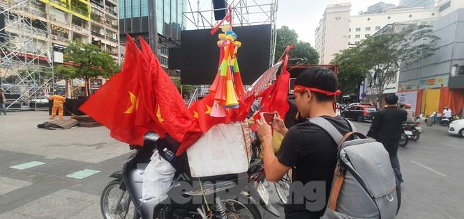 Người Sài Gòn đổ xô ra đường cổ vũ đội bóng đá U22 Việt Nam - ảnh 13