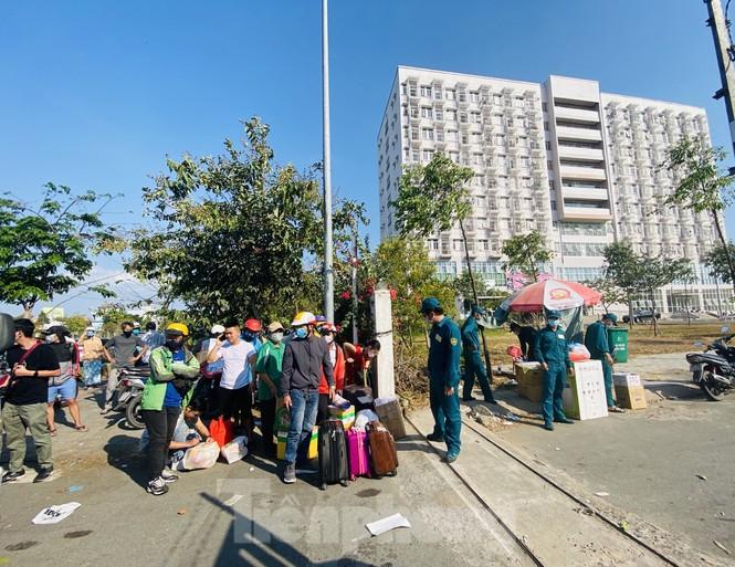 Xếp hàng chờ tiếp tế ở khu cách ly KTX ĐH Quốc gia TPHCM - ảnh 13