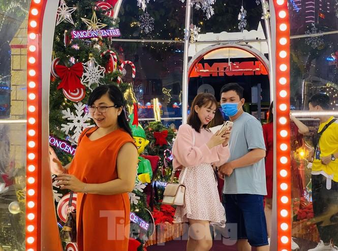 Người dân TPHCM rộn ràng đi chơi Noel sớm - ảnh 9