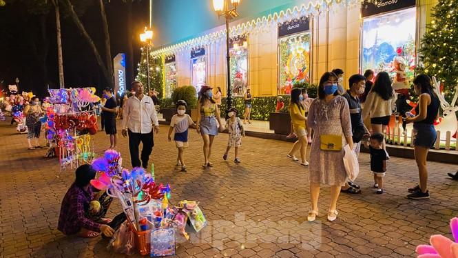 Người dân TPHCM rộn ràng đi chơi Noel sớm - ảnh 11