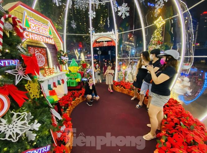 Người dân TPHCM rộn ràng đi chơi Noel sớm - ảnh 2