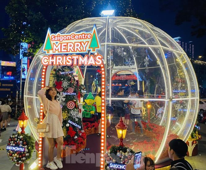Người dân TPHCM rộn ràng đi chơi Noel sớm - ảnh 1
