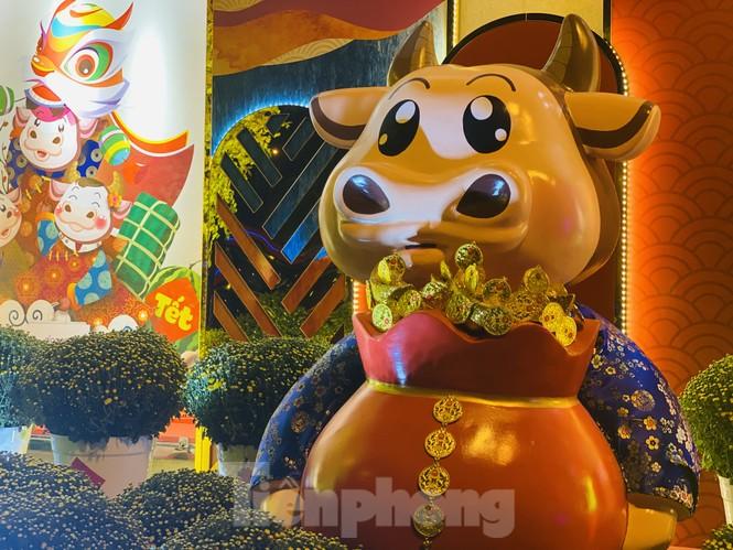 Đường phố TPHCM lung linh trang trí trâu vàng đón Tết Tân Sửu - ảnh 3