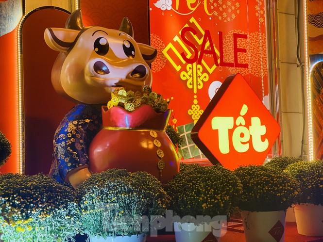 Đường phố TPHCM lung linh trang trí trâu vàng đón Tết Tân Sửu - ảnh 2