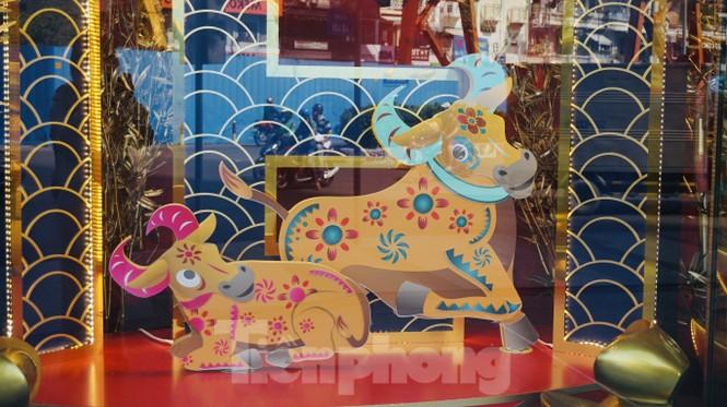 Đường phố TPHCM lung linh trang trí trâu vàng đón Tết Tân Sửu - ảnh 11