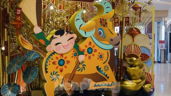 Đường phố TPHCM lung linh trang trí trâu vàng đón Tết Tân Sửu - ảnh 12