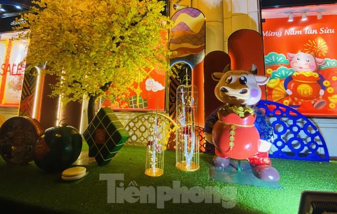 Đường phố TPHCM lung linh trang trí trâu vàng đón Tết Tân Sửu - ảnh 1