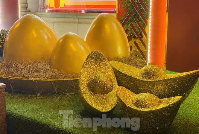 Đường phố TPHCM lung linh trang trí trâu vàng đón Tết Tân Sửu - ảnh 8
