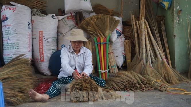 Người Sài Gòn tất bật làm chổi đót bán Tết - ảnh 10