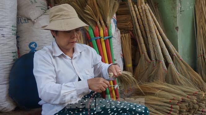 Người Sài Gòn tất bật làm chổi đót bán Tết - ảnh 8