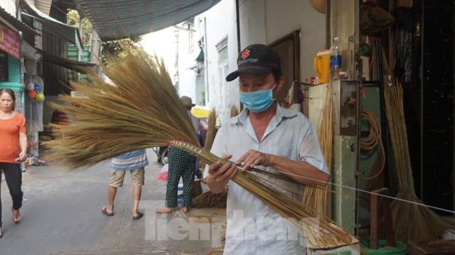 Người Sài Gòn tất bật làm chổi đót bán Tết - ảnh 1