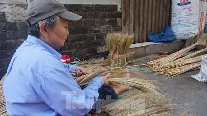 Người Sài Gòn tất bật làm chổi đót bán Tết - ảnh 6