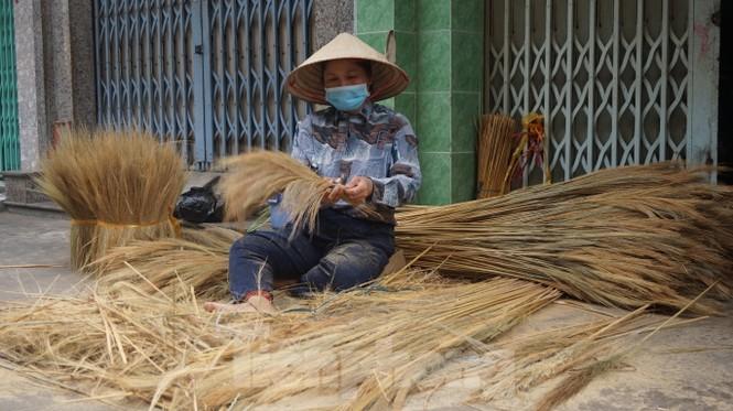 Người Sài Gòn tất bật làm chổi đót bán Tết - ảnh 3