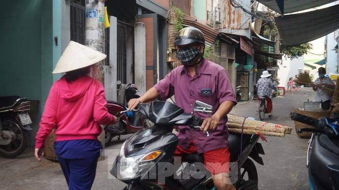 Người Sài Gòn tất bật làm chổi đót bán Tết - ảnh 11