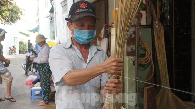 Người Sài Gòn tất bật làm chổi đót bán Tết - ảnh 4