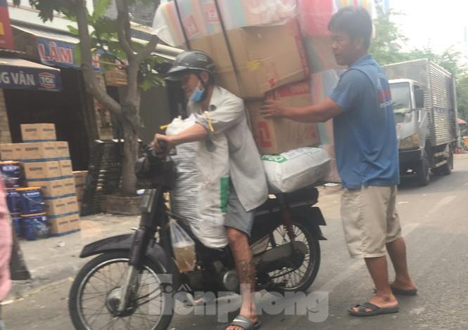 TPHCM: Tái diễn xe 'cà tàng' chở hàng cồng kềnh dạo phố - ảnh 12