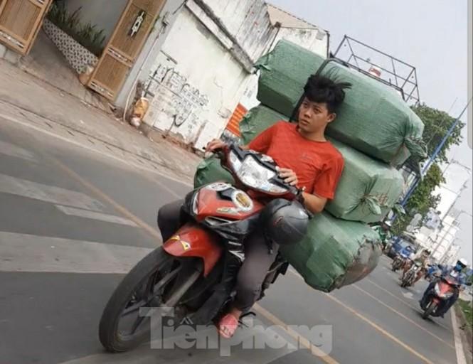TPHCM: Tái diễn xe 'cà tàng' chở hàng cồng kềnh dạo phố - ảnh 8