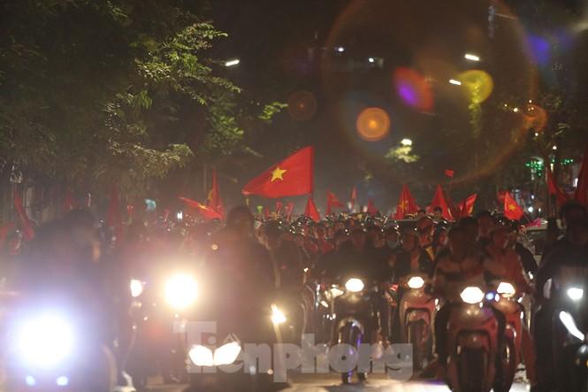 CĐV 'sung sướng' đổ xuống đường ăn mừng chiến thắng của Việt Nam - ảnh 9