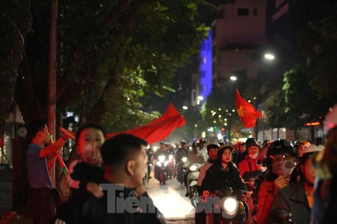 CĐV 'sung sướng' đổ xuống đường ăn mừng chiến thắng của Việt Nam - ảnh 3