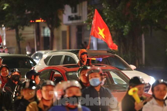 CĐV 'sung sướng' đổ xuống đường ăn mừng chiến thắng của Việt Nam - ảnh 6