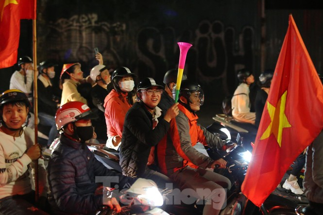CĐV 'sung sướng' đổ xuống đường ăn mừng chiến thắng của Việt Nam - ảnh 4