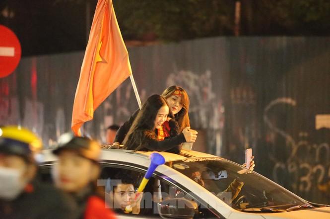 CĐV 'sung sướng' đổ xuống đường ăn mừng chiến thắng của Việt Nam - ảnh 5