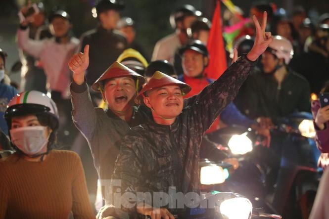 CĐV 'sung sướng' đổ xuống đường ăn mừng chiến thắng của Việt Nam - ảnh 8