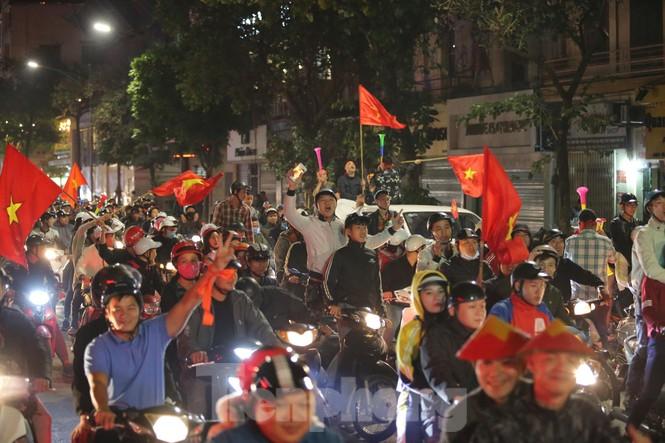 CĐV 'sung sướng' đổ xuống đường ăn mừng chiến thắng của Việt Nam - ảnh 1