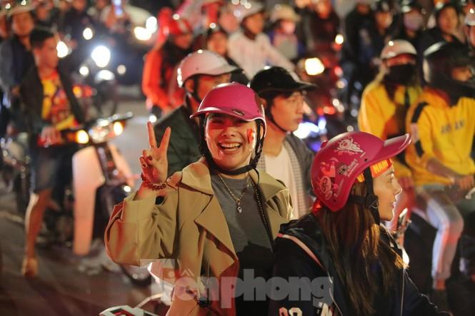 CĐV 'sung sướng' đổ xuống đường ăn mừng chiến thắng của Việt Nam - ảnh 7
